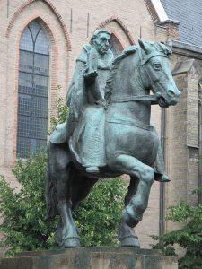 Ruiterstandbeeld van Willibrord - met de kerk in de hand!